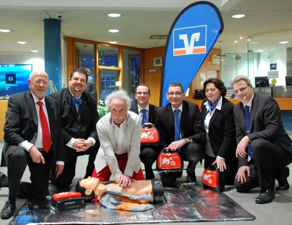 """Defibrillatoren für Kunden und Mitarbeiter - Volksbank Rhein-Nahe-Hunsrück eG aktiv bei DRK-Projekt """"Kreuznach rettet Leben"""""""
